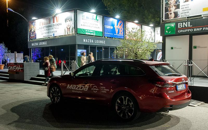 Ingresso Mazda Lounge, allestimento realizzato da Frog per Mazda in occasione del Festival del Cinema 2015 a Roma