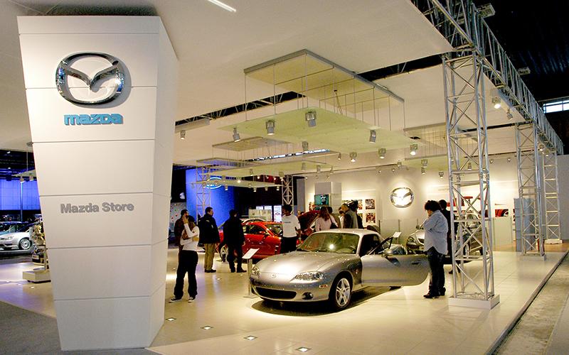 Vista laterale dello stand Mazda allestito da Frog al Motorshow di Bologna