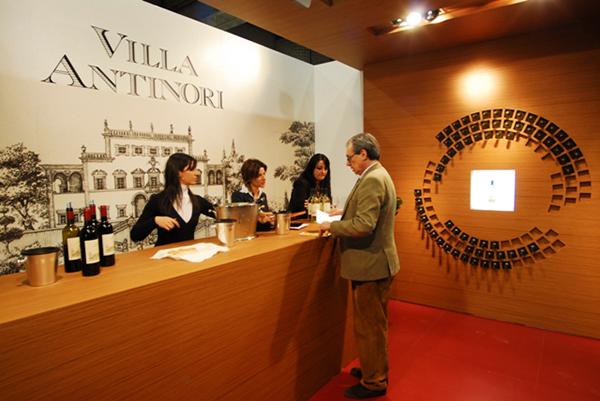 Degustazione allo Stand Villa Antinori al Vinitaly di Verona